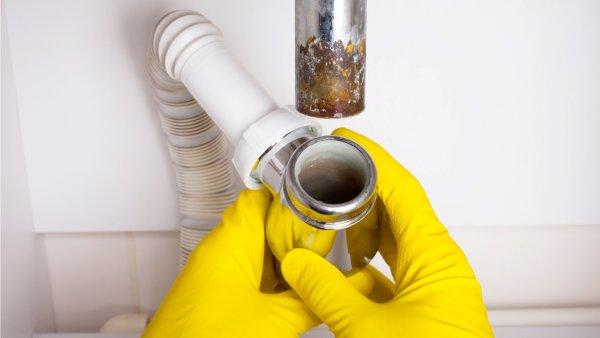Rohrbruch durch verstopfte Abwasserleitungen